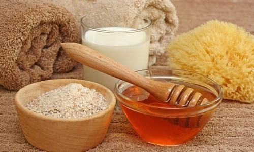 Mật ong với tính kháng khuẩn mạnh sẽ khôi phục làn da bị tổn thương nên khi kết hợp với cám gạo sẽ tạo thành hỗn hợp chữa bệnh viêm nang lông hiệu quả.