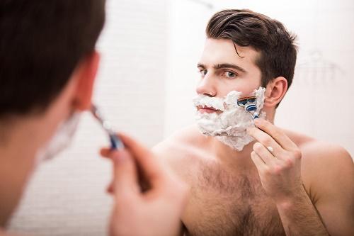 Cạo lông mặt tại nhà tuy an toàn nhưng hiệu quả mang lại chỉ mang tính chất tạm thời.