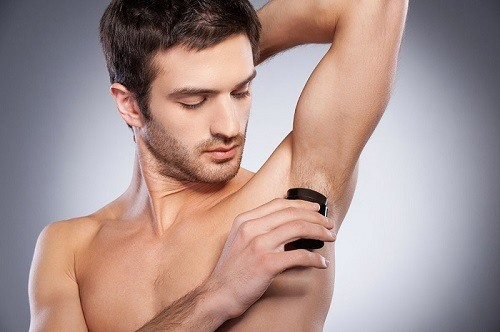 So với nữ giới, việc cạo lông nách của các chàng nhìn chung khá đơn giản, không cần phải quá phức tạp