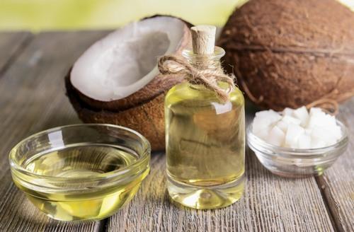 Pha chế tinh dầu hương thảo với dầu dừa theo tỉ lệ bằng nhau cho tạo thành hỗn hợp chữa viêm nang lông