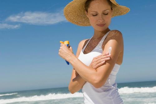 Hãy chú ý bảo vệ da sau khi triệt lông, nếu cần thiết phải ra ngoài, hãy sử dụng các biện pháp che chắn cẩn thận và thoa kem chống nắng đầy đủ trước khi ra ngoài nắng 30 phút.
