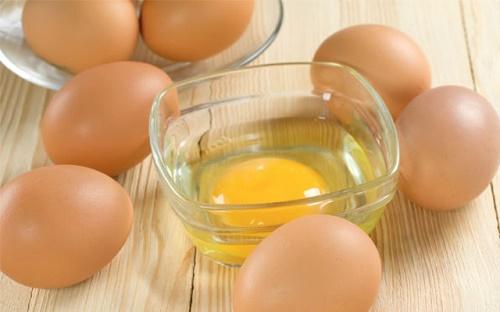 Lòng đỏ trứng gà giúp kích thích lông mày mọc rậm, mọc dày nhanh chóng.