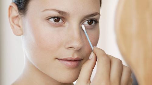 Cách lấy lông mi ra khỏi mắt hiệu quả 2