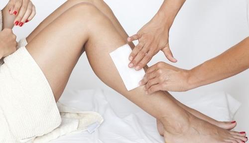 Waxing sẽ lấy đi cả chân sợi lông nên hiệu quả duy trì được lâu hơn, có thể là 1 tuần, vài tuần đến vài tháng tùy cơ địa từng người.