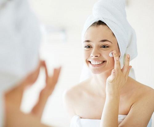 Sau khi triệt lông, chị em không nên sử dụng mỹ phẩm vì lúc này làn da đang rất mỏng và nhạy cảm.