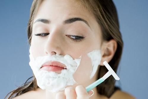 Vệ sinh da sạch sẽ là một trong những cách chăm sóc da mặt sau khi triệt lông hiệu quả.