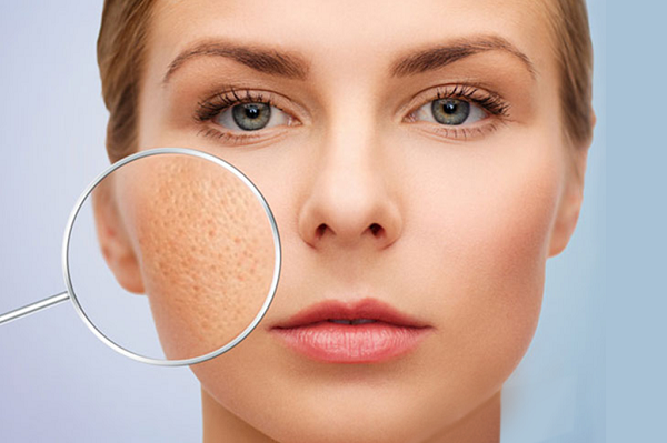 Thông thường ở các vùng da tiết nhiều mồ hôi, tuyến dầu hoạt động mạnh như cằm, mũi, 2 bên má, lưng sẽ có kích thước lỗ chân lông to hơn các vùng khác.