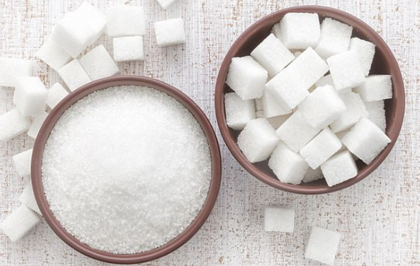 Kiên trì sử dụng đường để thoa trực tiếp lên ria mép hoặc nấu cho trở nên đặc sệt đều được