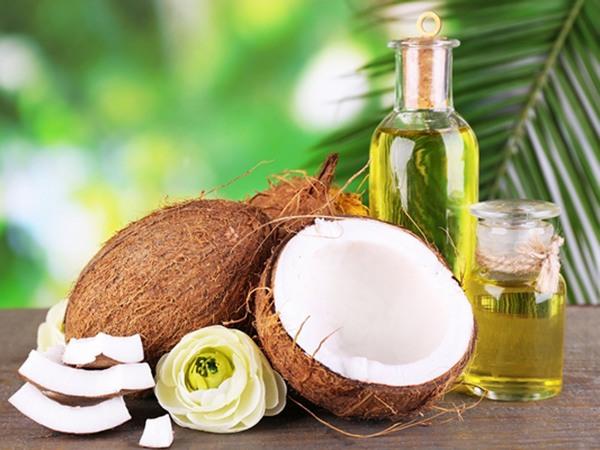 Sau khi làm sạch vùng kín, bạn dùng dầu dừa nguyên chất thoa đều lên vùng kín, kết hợp massage nhẹ nhàng trong khoảng 3-5 phút rồi để khô tự nhiên.
