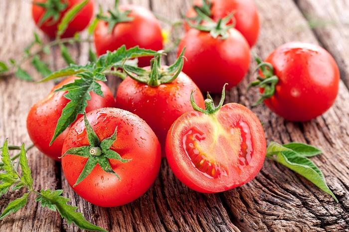 Trong cà chua chứa nhiều thành phần dưỡng chất có tác dụng tiêu diệt những sợi lông nhỏ, mảnh tại vùng bụng.