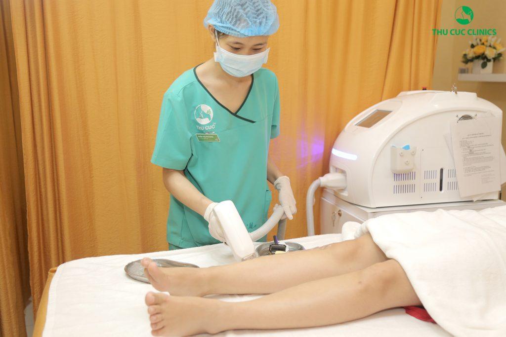Khách hàng được kĩ thuật viên cạo sạch vùng lông rồi sau đó chiếu laser vào trực tiếp vùng da cần triệt