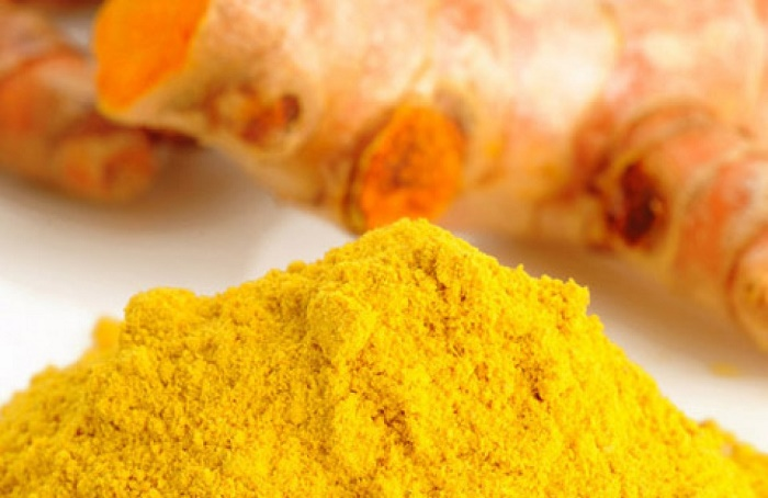 Sử dụng bột nghệ kết hợp với trứng gà thoa lên vùng da, sau một thời gian bạn sẽ thấy được hiệu quả rõ rệt.
