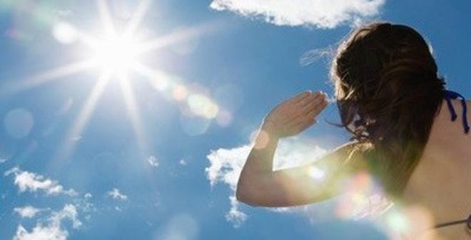 Sau triệt lông, da mỏng và dễ bị bắt nắng nên các chị em cũng nên thực hiện các biện pháp tránh ánh nắng mặt trời
