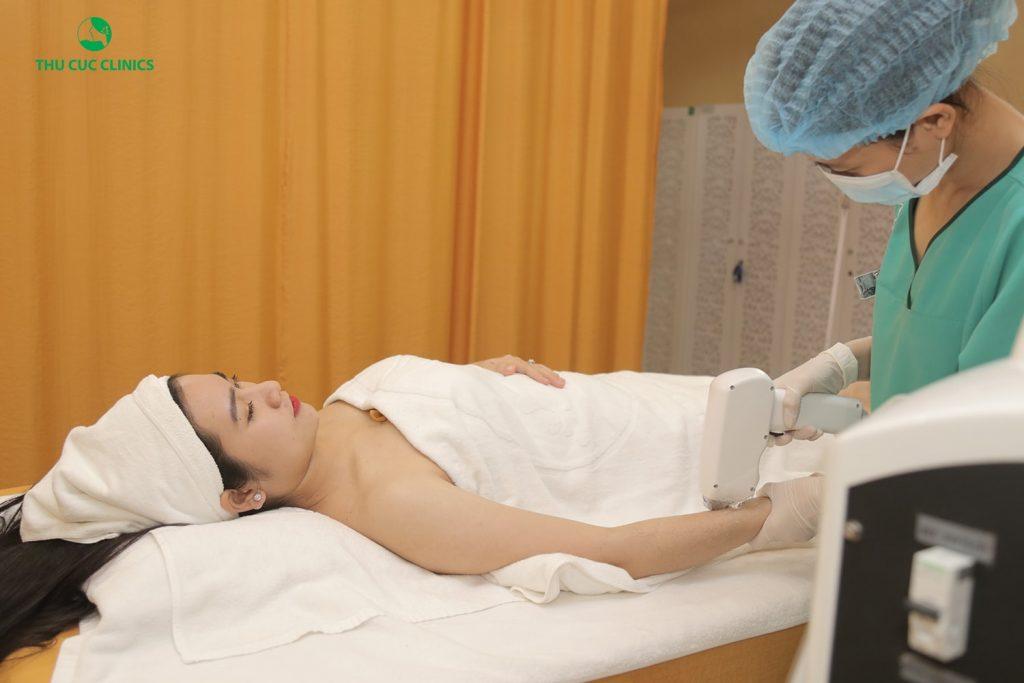 Toàn bộ quá trình triệt lông tại Thu Cúc Clinics được diễn ra nhanh gọn, nhẹ nhàng, chuyên nghiệp, đảm bảo không gây ra bất cứ một sự đau rát hay khó chịu nào