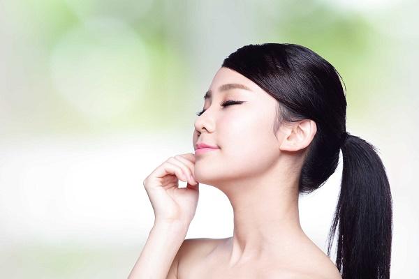 Lá dâu tắm có chứa nhiều thành phần dưỡng chất có tác dụng làm trắng da, loại bỏ vết thâm sạm.