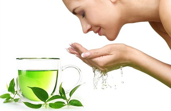Cách tắm trắng bằng lá trà xanh được các chị em áp dụng rất phổ biến.