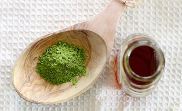 Mật ong và bột trà xanh có công dụng cải thiện sắc tố, dưỡng da mịn màng và tươi sáng không tỳ vết.