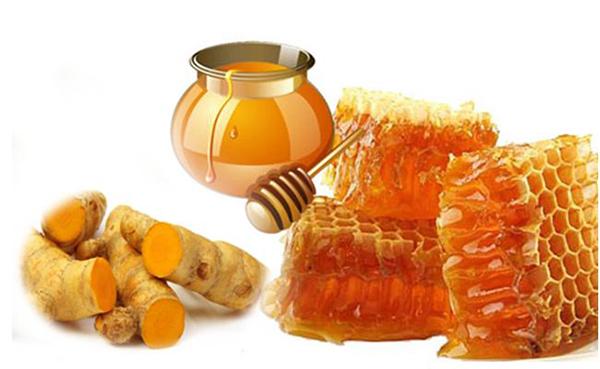 Kết hợp tinh bột nghệ và mật ong sẽ giúp bạn nhanh chóng sở hữu làn da trắng mịn tự nhiên.