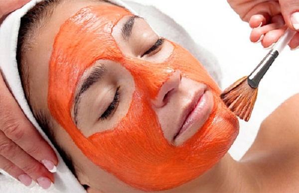 Phương pháp tắm trắng từ cà chua kết hợp với mật ong cũng là giải pháp được đông đảo chị em tin chọn.